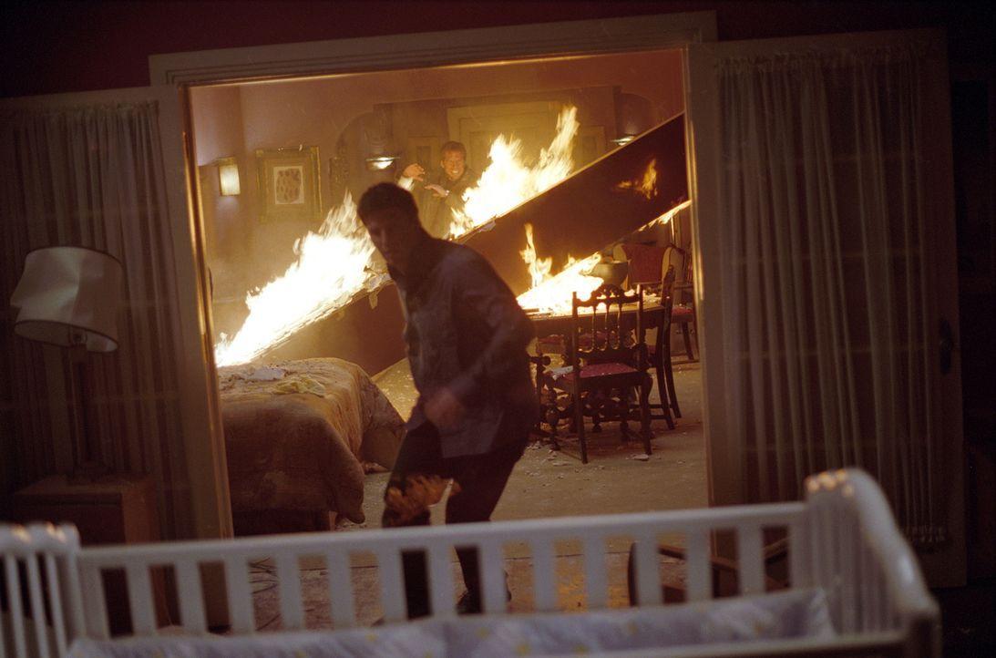 Angel (David Boreanaz) versucht, seinen Sohn aus dem brennenden Zimmer zu retten ... - Bildquelle: 20th Century Fox. All Rights Reserved.