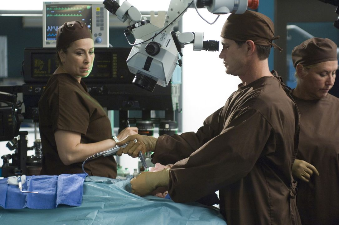Liz (Roma Maffia, l.), Sean (Dylan Walsh, M.) und Linda (Linda Klein, r.) führen eine Operation an Stimmbändern durch ... - Bildquelle: TM and   2004 Warner Bros. Entertainment Inc. All Rights Reserved.