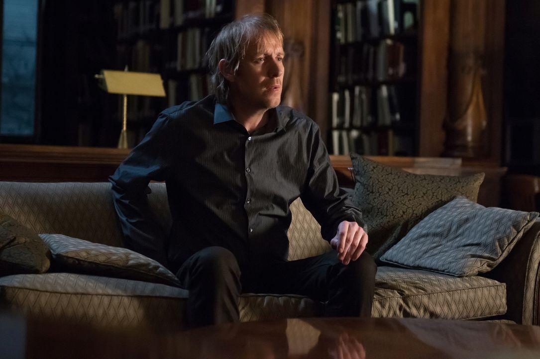 Beim MI Six wurde ein Mordanschlag auf Mycroft (Rhys Ifans) geplant. Um sein Leben zu retten, versteckt ihn sein Bruder Sherlock in einer alten Bibl... - Bildquelle: CBS Television