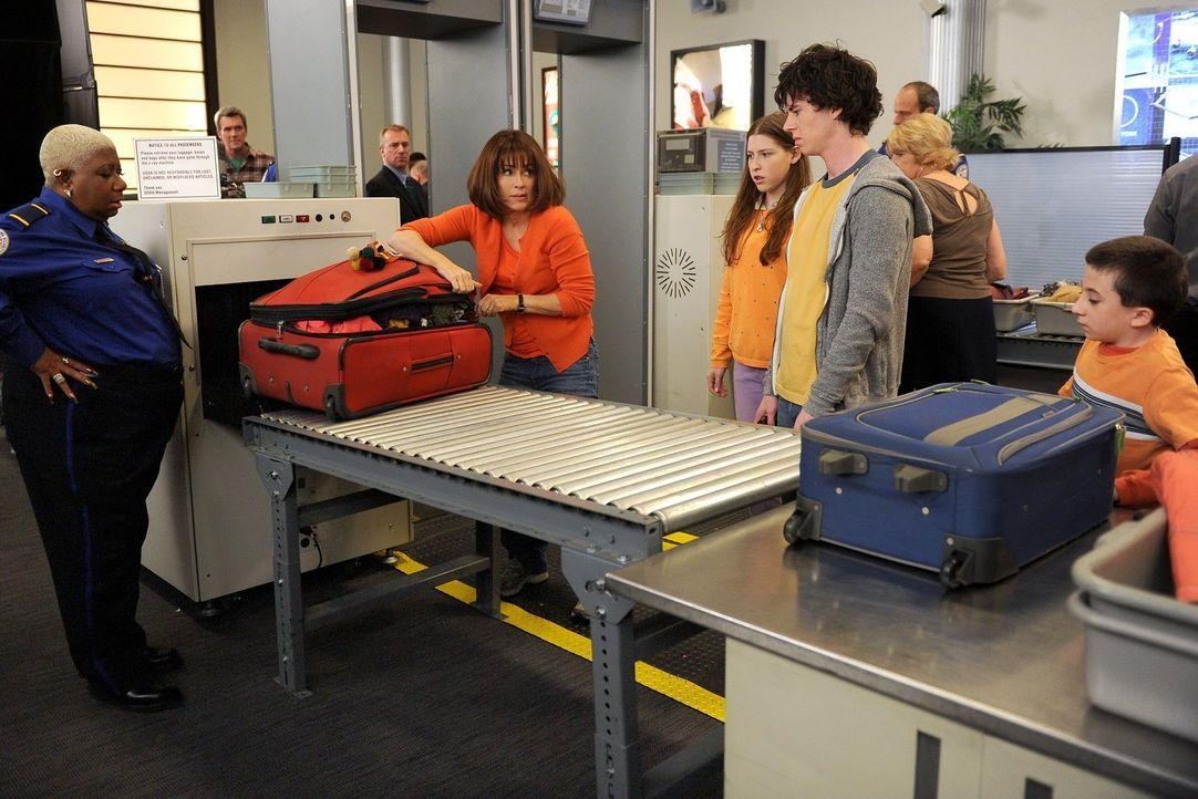 Als Frankie (Patricia Heaton, 2.v.l.) ihren Koffer heillos überpackt, müssen sich Sue (Eden Sher, 3.v.l.), Axl (Charlie McDermott, 2.v.r.) und Brick... - Bildquelle: Warner Brothers