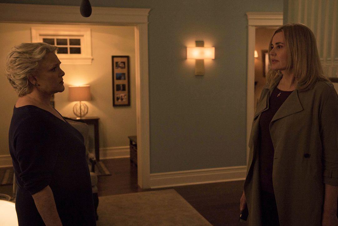 Das unerwartete Auftauchen von Angelas (Geena Davis, r.) Mutter Chris (Sharon Gless, l.) sorgt nicht nur in der Rance-Familie für Unruhe ... - Bildquelle: 2016 Fox and its related entities.  All rights reserved.