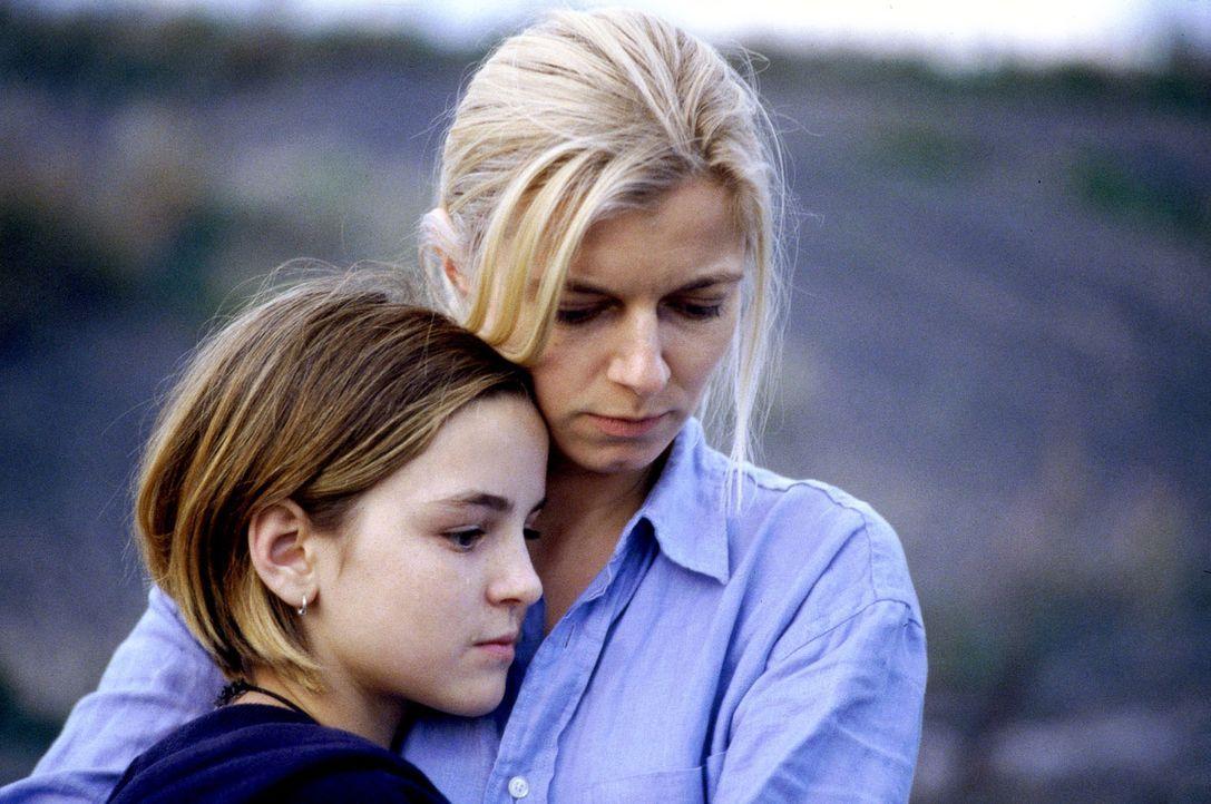 Patrizia (Laura-Charlotte Syniawa, l.) sucht bei ihrer Mutter Clara (Michaela Merten, r.) Trost ... - Bildquelle: Jiri Hanzl SAT.1
