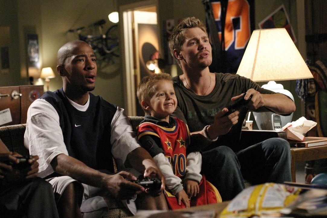 Skills (Antwon Tanner, l.) und Lucas (Chad Michael Murray, r.) kümmern sich um Jamie (Jackson Brundage, M.), der nur schwer damit klar kommt, dass... - Bildquelle: Warner Bros. Pictures