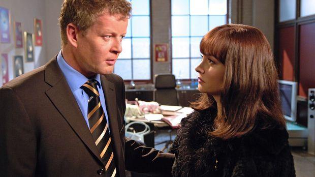 Klaus Herbolz (Michael Schiller, l.) ist überrascht, als die echte Alex (Jani...