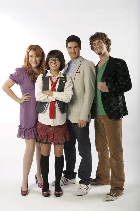 Müssen beweisen, keine Geister zu sein, die eine Schule verwüsten: (v.l.n.r.) Daphne (Kate Melton), Velma (Hayley Kiyoko), Fred (Robbie Amell) und... - Bildquelle: 2009   Warner Brothers