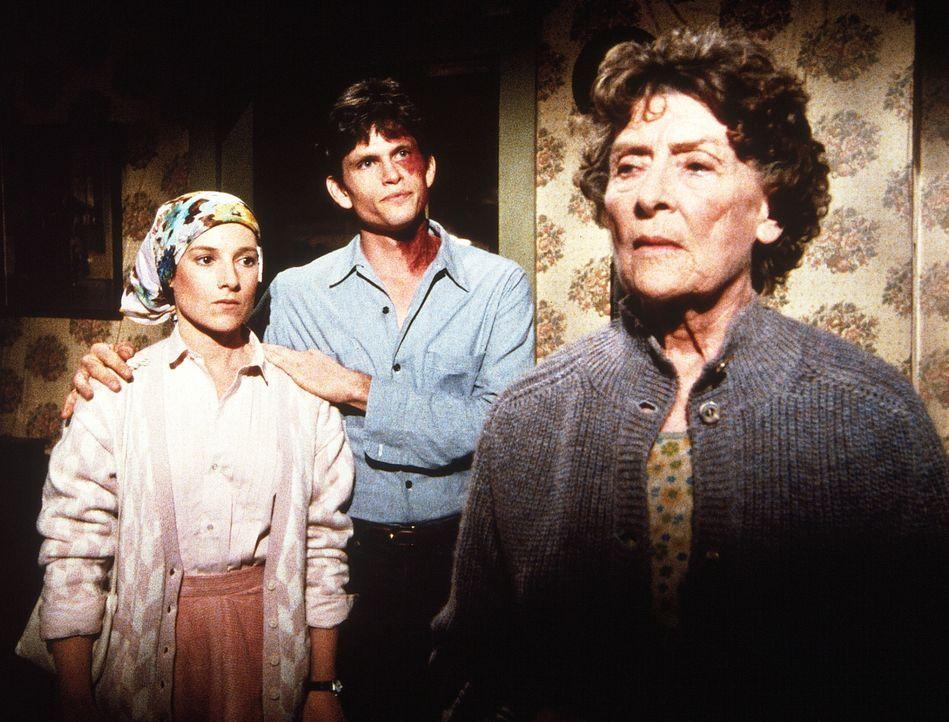 Julian (Jeff Kober, M.) erklärt seiner Mutter (Ann Duran, r.), dass er sie verlassen will, um sich mit Rachel (Annabelle Price, l.) ein eigenes Lebe... - Bildquelle: 20th Century Fox Television