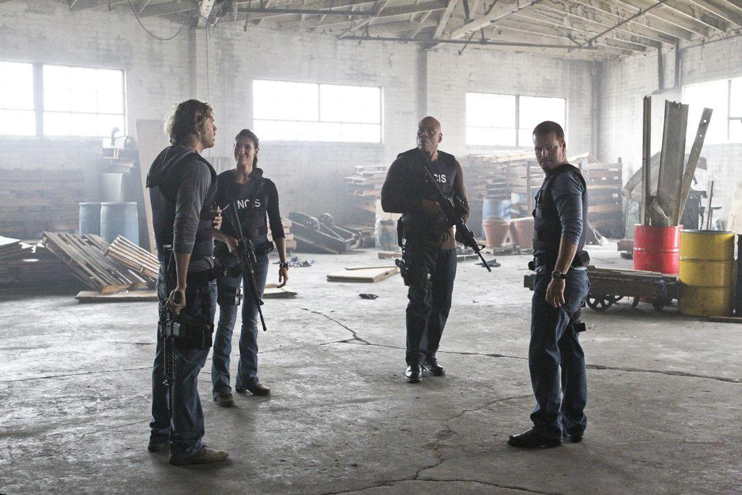 Versuchen, einen neuen Fall zu lösen: Callen (Chris O'Donnell, r.), Sam (LL Cool J, 2.v.r.), Deeks (Eric Christian Olsen, l.) und Kensi (Daniele Rua... - Bildquelle: CBS Studios Inc. All Rights Reserved.