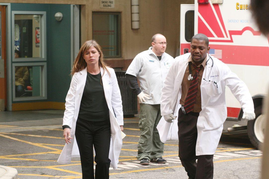 Abby (Linda Cardellini, l.) und Pratt (Mekhi Phifer, r.) nehmen eine neuen Patienten in Empfang ... - Bildquelle: Warner Bros. Television