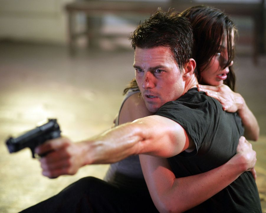 Julia Meade (Michelle Monaghan, r.) ist von dem brutalen Waffenhändler Owen Davian entführt worden. Für ihren Mann Ethan Hunt (Tom Cruise, l.) be... - Bildquelle: 2005 by PARAMOUNT PICTURES. All Rights Reserved.
