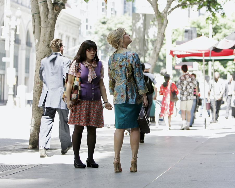 Betty (America Ferrera, l.) versucht alles, damit Christina (Ashley Jensen, r.) nicht bemerkt, dass sie soeben ein schreckliches Erlebnis hatte ... - Bildquelle: Buena Vista International Television