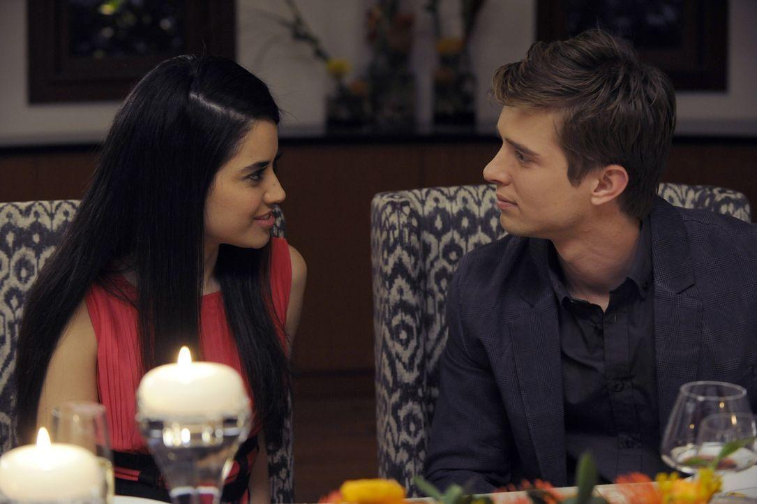 Valentina (Edy Ganem, l.) macht sich Sorgen um Remis (Drew Van Acker, r.) Rückkehr aus der Reha, während Spence im Auftrag von Rosie versucht, seine... - Bildquelle: ABC Studios