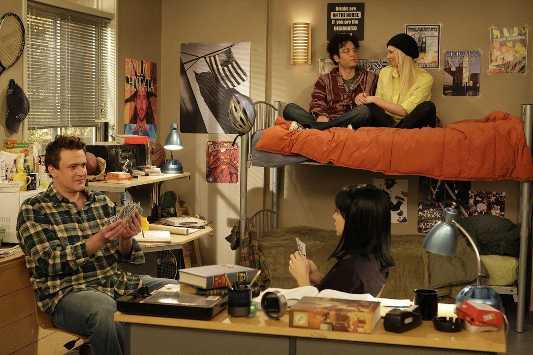 Rückblende in die Collegezeiten: Marshall (Jason Segel, l.), Ted (Josh Radnor, 2.v.l.), Lilly (Alyson Hannigan, 2.v.r.) und Karen (Laura Prepon, r.... - Bildquelle: 20th Century Fox International Television