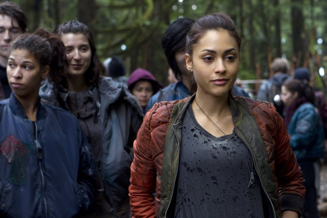 Noch ahnen Raven (Lindsey Morgan, r.) und die anderen nicht, was auf dem Raumschiff vor sich geht ... - Bildquelle: Warner Brothers