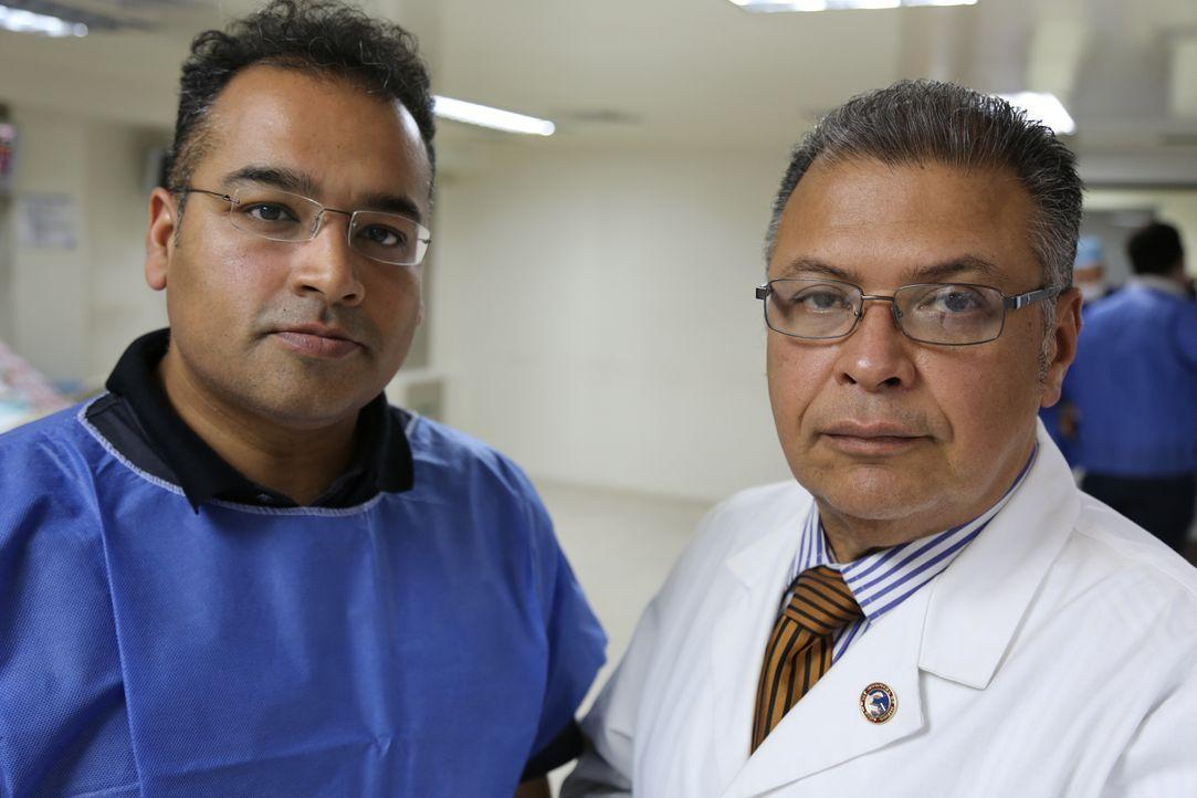 Kinderarzt Dr. Humiades Urbin (l.) zeigt die Bedingungen und Medikamenten-Engpässe auf der Intensivstation des JM Los Rios Kinderkrankenhaus in Cara... - Bildquelle: Quicksilver Media