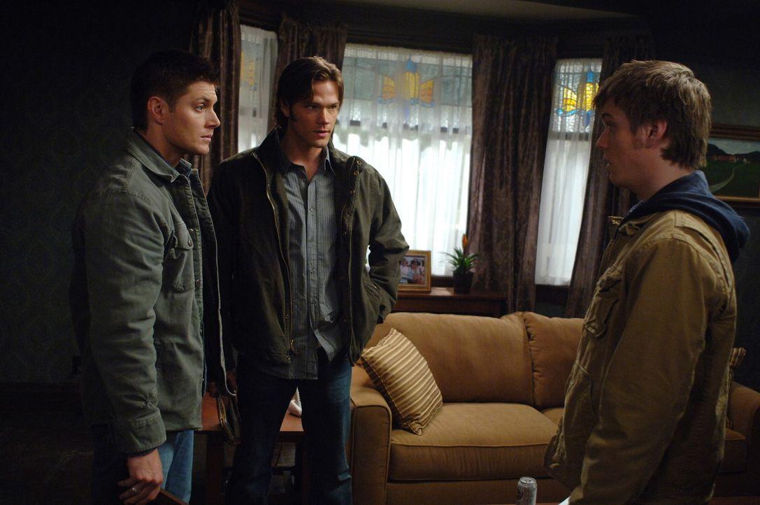 Der 19-jährige Adam (Jake Abel, r.) ruft Sam (Jared Padalecki, M.) und Dean (Jensen Ackles, l.) an, da er nach John Winchester sucht und erklärt i... - Bildquelle: Warner Bros. Television