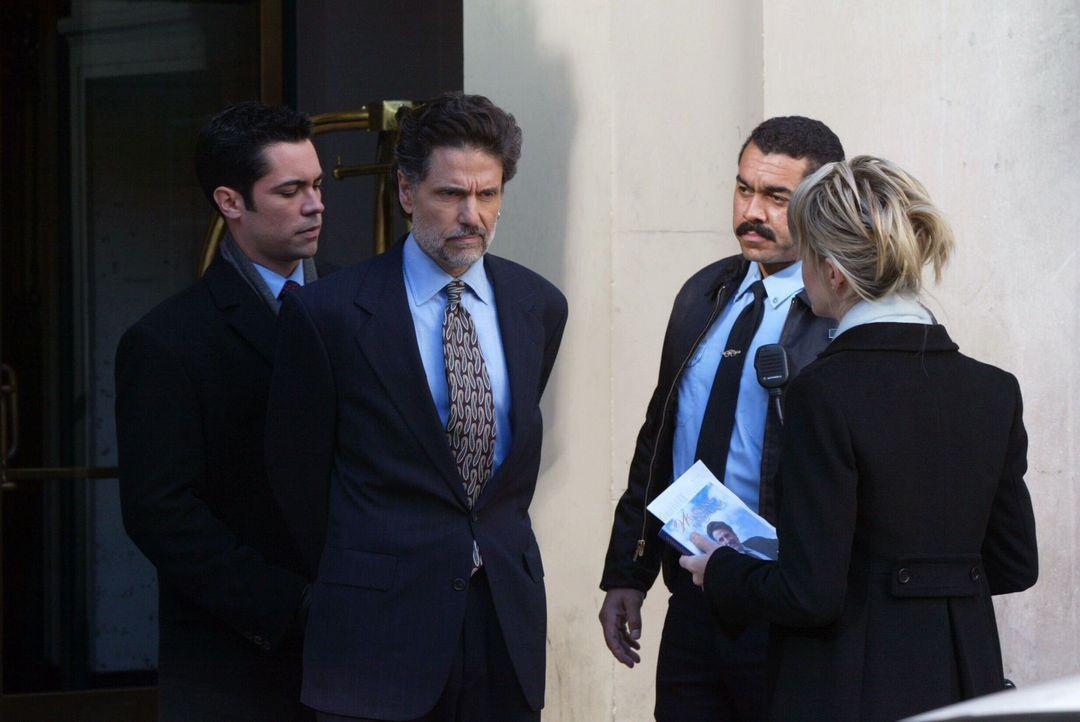 Adam Clarke (Chris Sarandon, 2.v.l.) wird von Det. Lilly Rush (Kathryn Morris, r.) und ihrem Kollegen Det. Scott Valens (Danny Pino, l.) verhaftet. - Bildquelle: Warner Bros. Television