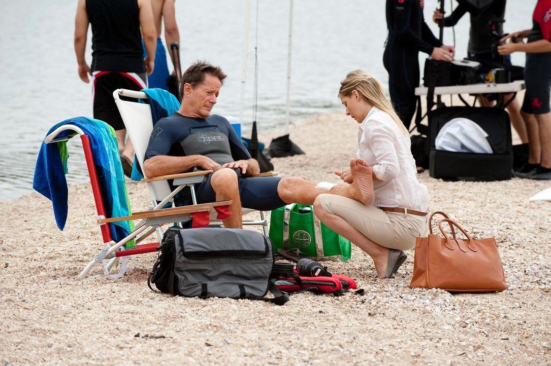 Dr. Emily Peck (Anastasia Griffith, r.) versorgt Graham (Peter Strauss, r.), der sich beim Surfen verletzt hat ... - Bildquelle: Universal Studios