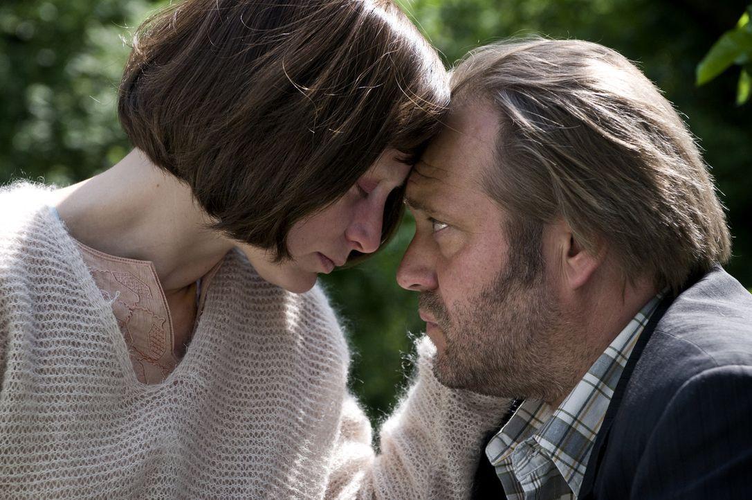 Erst als Peter (Jan-Gregor-Kremp, r.) ihr das Versprechen gibt, sie wirklich gehen zu lassen, wenn sie es wünscht, verlässt die schwerkranke Laura... - Bildquelle: 3L Filmverleih