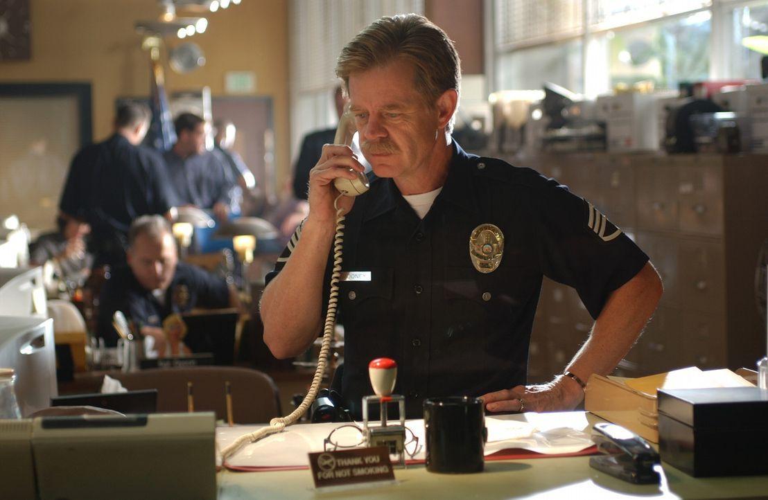 Zunächst will Inspektor Mooney (William H. Macy) nicht glauben, was ihm Ryan erzählt. Doch dann nimmt er die Spur auf - und gerät in ein tödlich... - Bildquelle: Warner Bros. Pictures