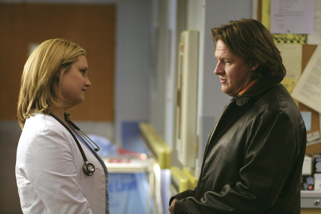 Versehentlich schätzt Dr. Susan Lewis (Sherry Stringfield, l.) den Gesundheitszustand einer Frau falsch ein, die auf den ersten Blick völlig gesun... - Bildquelle: TM+  2000 WARNER BROS.