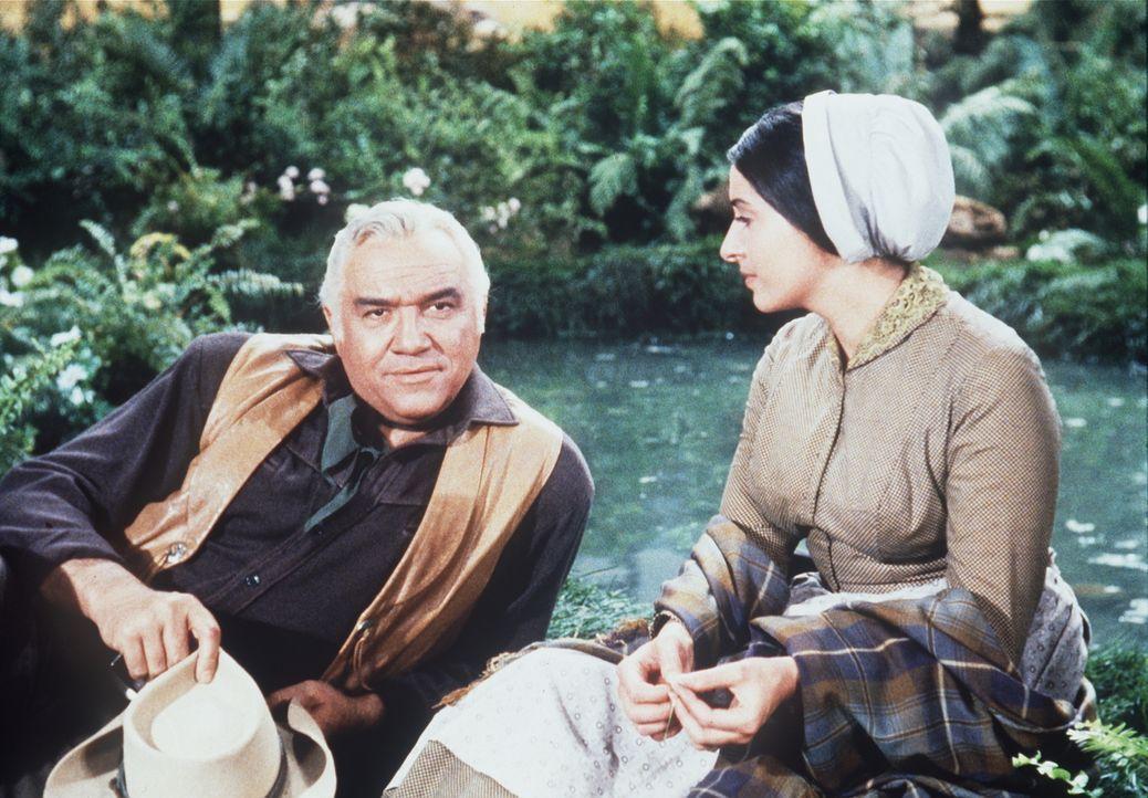 Ben Cartwright (Lorne Greene, l.) versucht alles, um die junge Witwe Sarah (Ina Balin, r.) vor den fanatischen Sektenmitgliedern zu beschützen ... - Bildquelle: Paramount Pictures