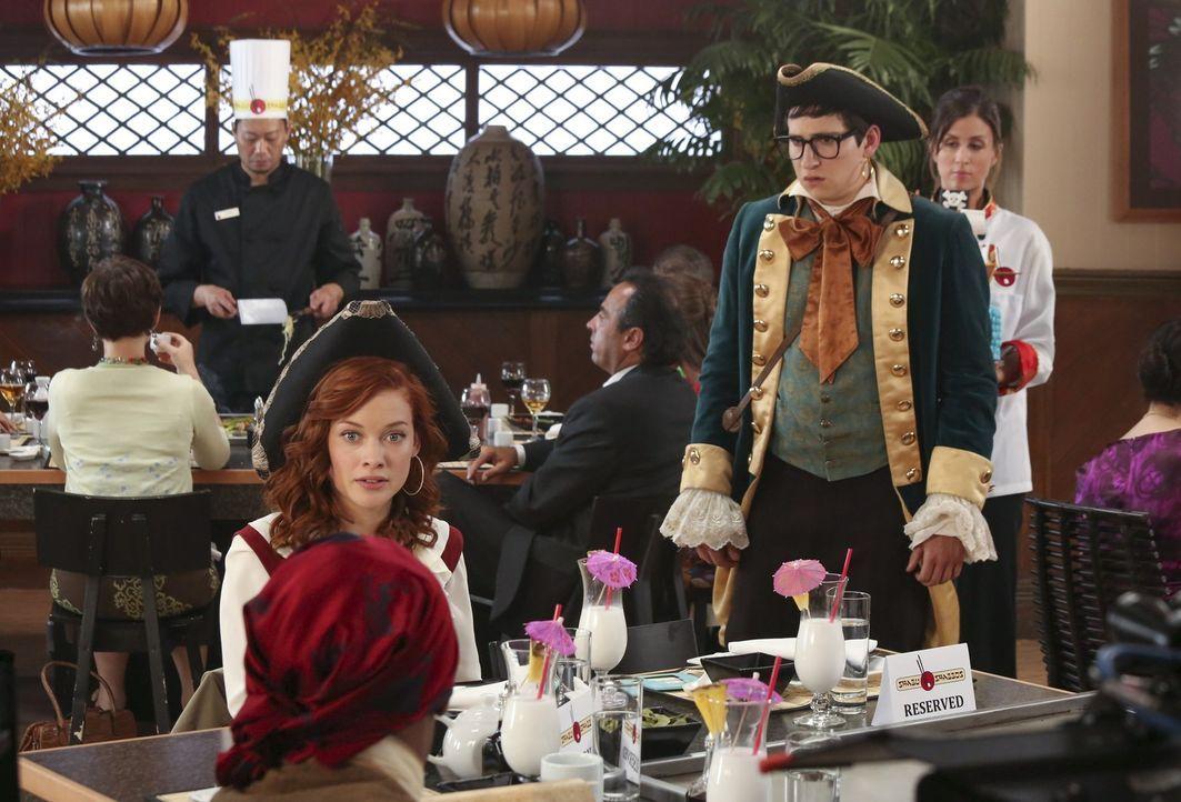 Während George mit Fred in New York ist, nimmt Tessa (Jane Levy, l.) eine Einladung von Evan (Sam Lerner, r.) an ... - Bildquelle: Warner Bros. Television