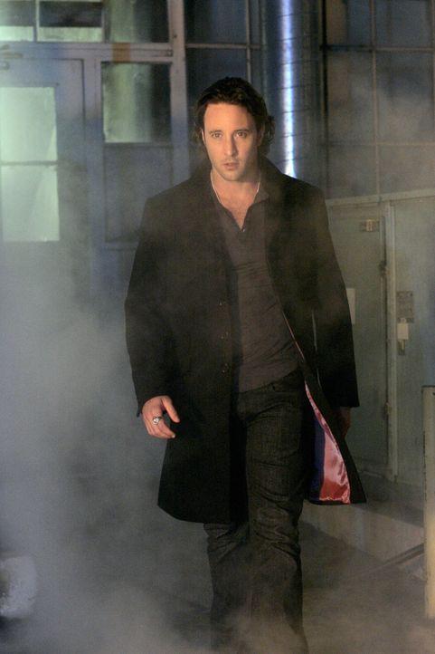 """Nach seinem kleinen """"Untrunk"""" macht sich Vampir Mick (Alex O'Loughlin) wieder an seine Arbeit als Privatdetektiv ... - Bildquelle: Warner Brothers"""