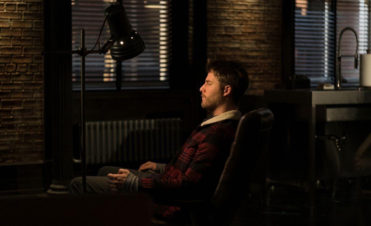 Steht unter Beobachtung des FBI: Brian (Jake McDorman) ... - Bildquelle: Michael Parmelee 2016 CBS Broadcasting, Inc. All Rights Reserved