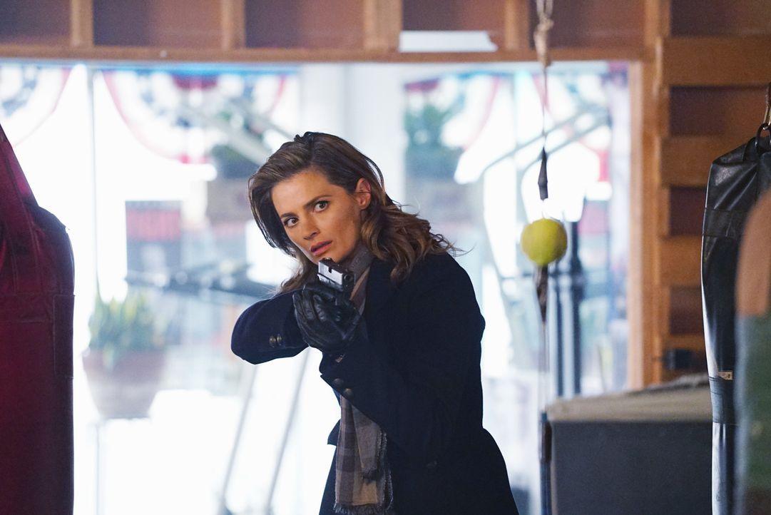 Eigentlich will Kate (Stana Katic) ihre neue Kollegin aus den Händen gemeiner Schläger retten. Jedoch ahnt sie nicht, wozu Zhang fähig ist ... - Bildquelle: Richard Cartwright ABC Studios
