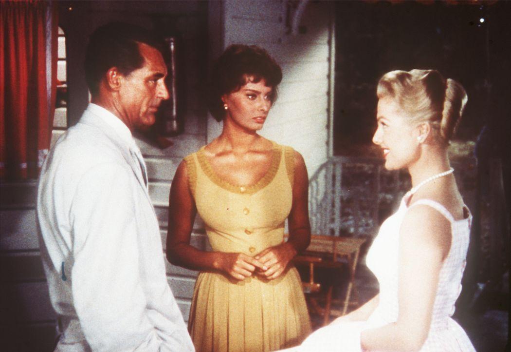 Die Haushälterin Cinzia (Sophia Loren, M.) registriert mit einer gewissen Eifersucht, wie Carolyn (Martha Heyer, r.) den verwitweten Tom Winston (Ca... - Bildquelle: Paramount Pictures