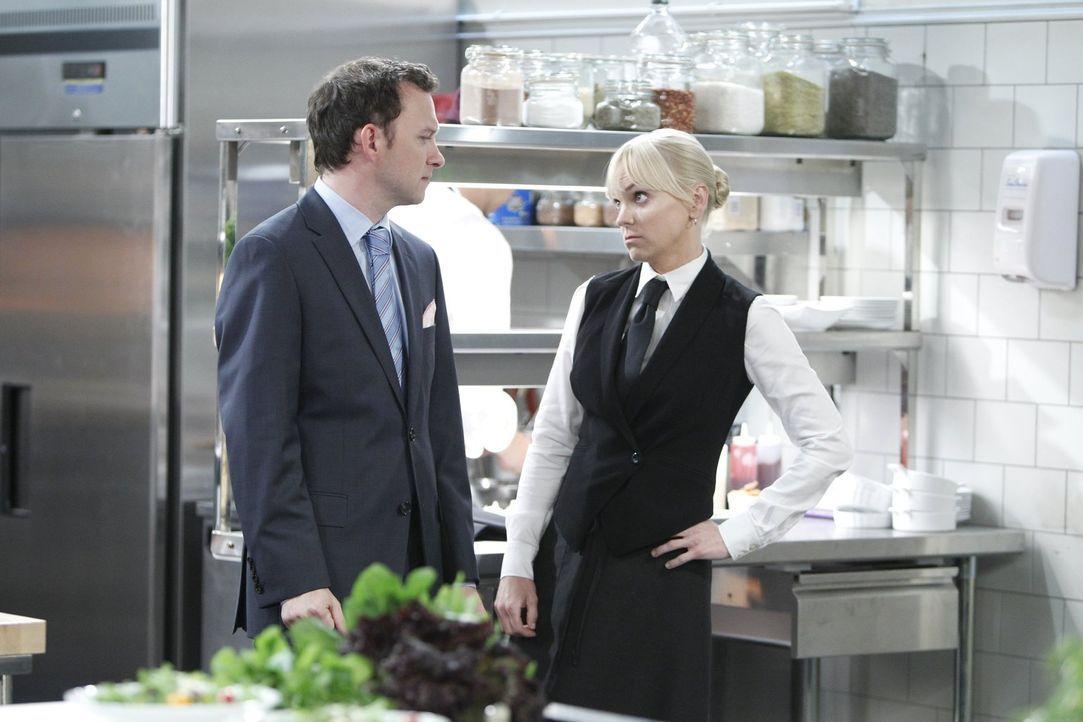 Um an Geld zu kommen, geht Christy (Anna Faris, r.) Gabriel (Nate Corddry, l.) ziemlich auf die Nerven ... - Bildquelle: Warner Bros. Television