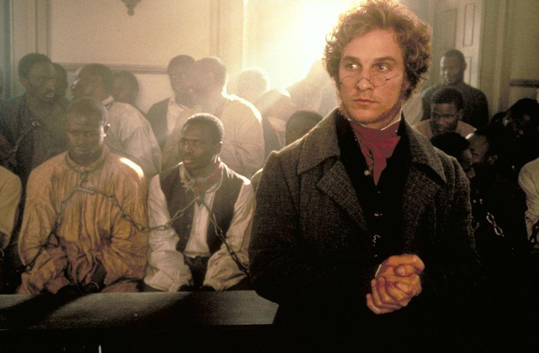 Der Anwalt Roger Baldwin (Matthew McConaughey, r.) verteidigt die aufständischen Afrikaner vor Gericht, unter ihnen Cinqué (Djimon Hounsou, l.) ... - Bildquelle: DreamWorks Distribution LLC