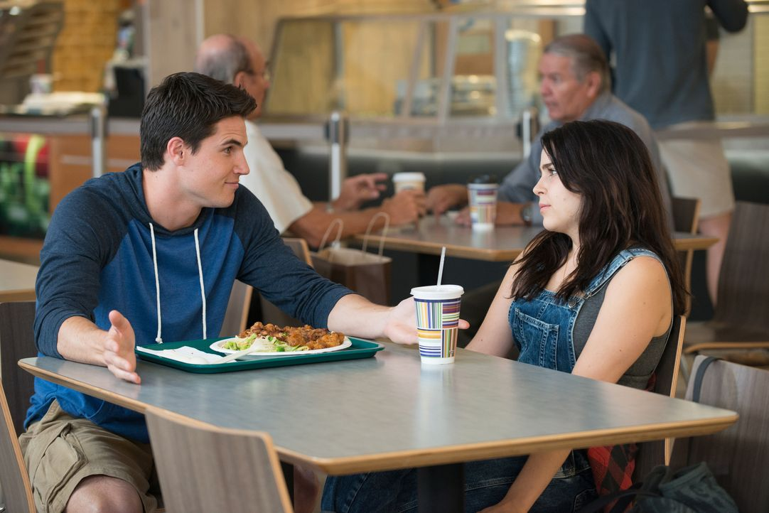 Der Footballkapitän Wesley (Robbie Amell, l.) lässt sich auf einen Deal mit DUFF Bianca (Mae Whitman, r.) ein - mit ungeahnten Folgen ... - Bildquelle: 2015 Granville Pictures Inc. ALL RIGHTS RESERVED.