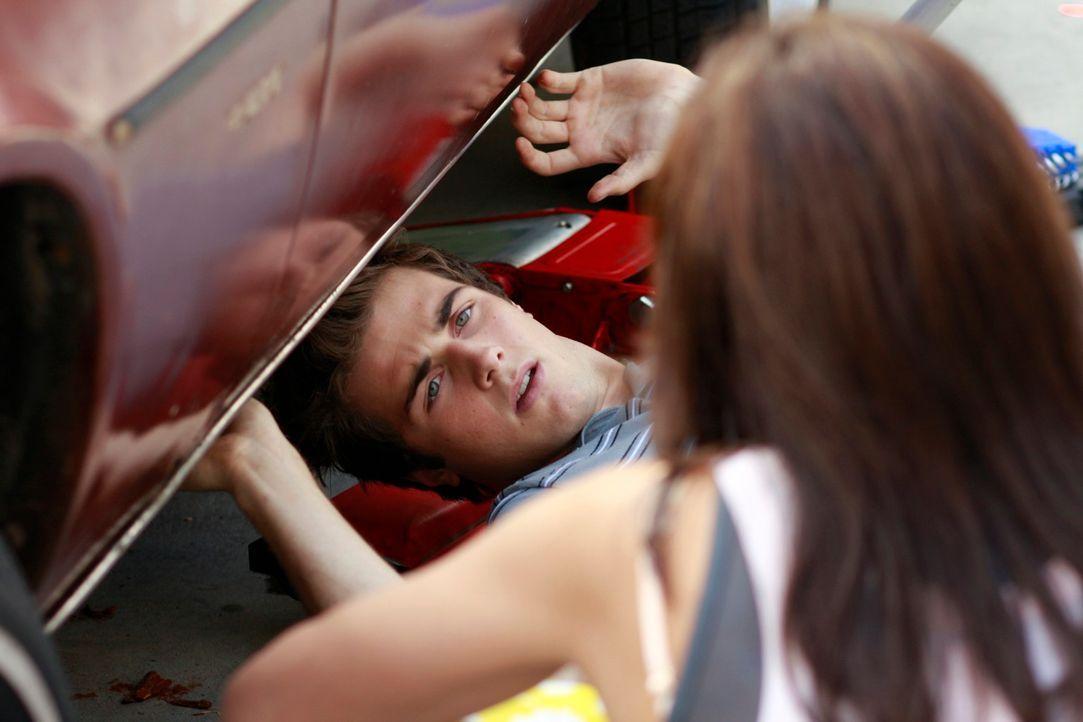 Als Susan (Teri Hatcher, r.) sieht, dass Danny (Beau Mirchoff, l.) wieder Zuhause ist und am Wagen rumschraubt, platzt ihr der Kragen ... - Bildquelle: ABC Studios