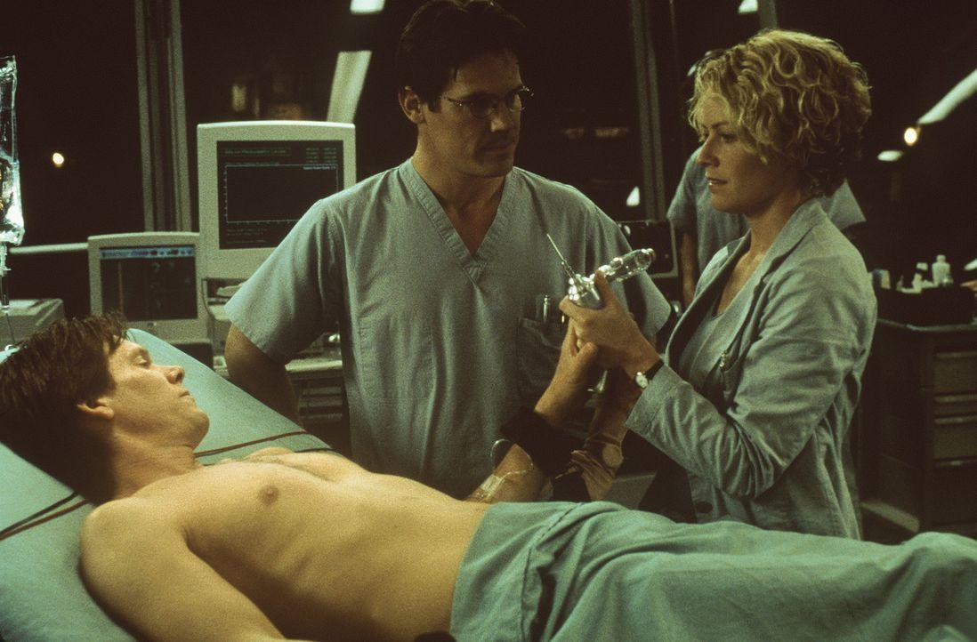 Um das Verfahren endlich an einem Menschen zu testen, bietet sich der charismatische Projektleiter Sebastian Caine (Kevin Bacon, l.) selbst als Vers... - Bildquelle: Columbia Pictures