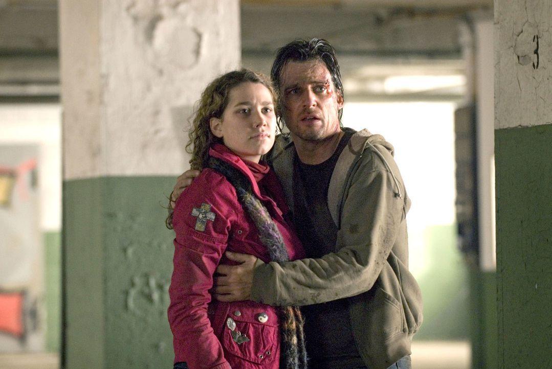 Leon (René Steinke, r.) und seine Tochter Romy (Victoria Scherer, l.) sind den Entführern ausgeliefert. Ist eine Rettung in Sicht...? - Bildquelle: Martin Menke Sat.1