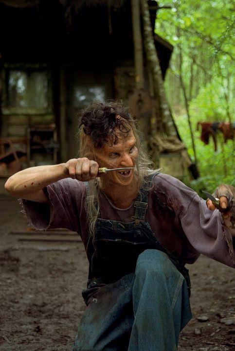 Mit dem Skalp seines Opfers auf dem eigenen fast kahlen Kopf beginnt Three Finger (Jeff Scrutton) mit dem Ausweiden - für ein gutes Süppchen am Ab...