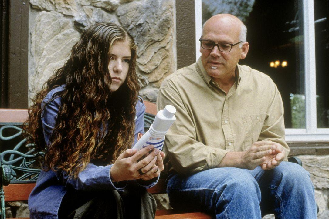 Schon bald erkennt Bert Hanley (Don Dixon, r.), dass Fritzi (Anna Kendrick, l.) und die anderen Jugendliche zwar äußerst begabt sind, aber noch la...