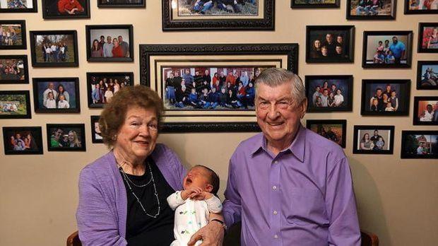 Ehepaar begrüßt 100. Enkel