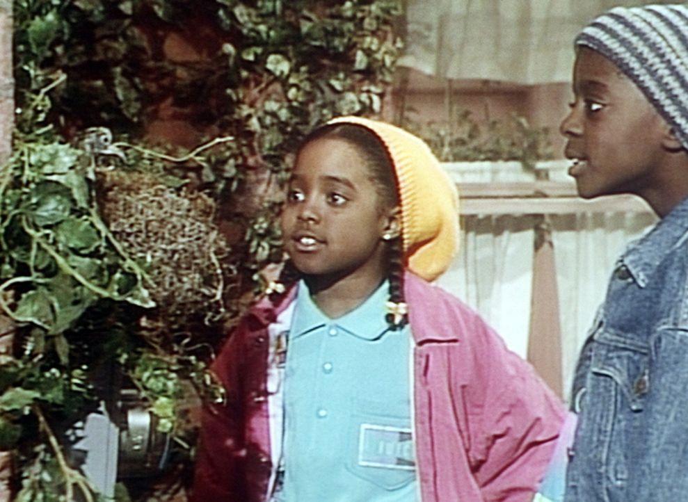 Hinter dem Haus entdecken Rudy (Keshia Knight Pulliam, l.) und Kenny (Deon Richmond, r.) ein Vogelnest. - Bildquelle: Viacom