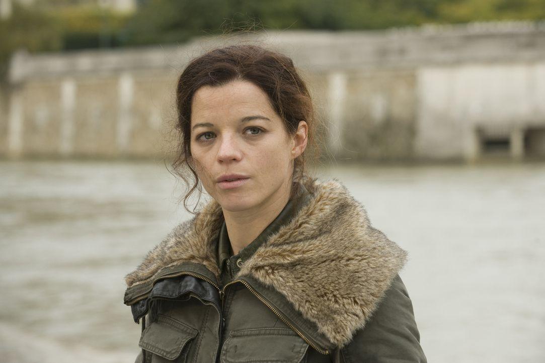 Findet Adèle (Juliette Roudet) endlich einen Weg, um Rocher näherzukommen? - Bildquelle: 2014 BEAUBOURG AUDIOVISUEL