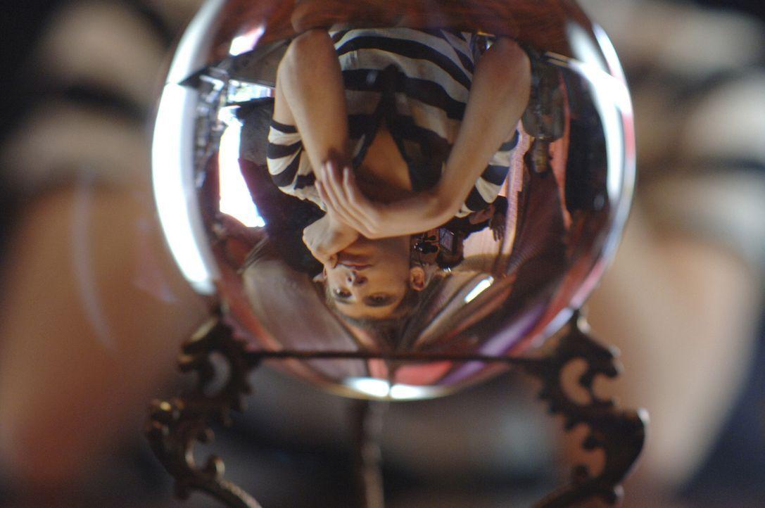 Was hält die Kristallkugel für Josh (Jean-Luc Bilodeau) bereit? - Bildquelle: TOUCHSTONE TELEVISION