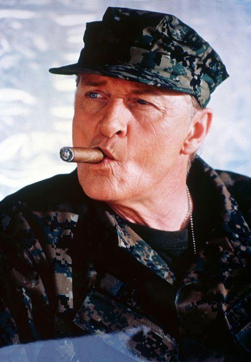 General Frank Lewis (Rutger Hauer) soll eine Gruppe Terroristen dingfest machen, die sich bei philippinischen Rebellen verschanzt hat. Als die Hubsc... - Bildquelle: 2005 The Pacific Trust. All Rights Reserved.