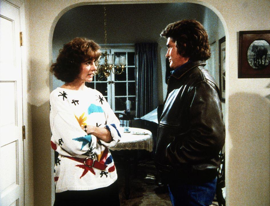 Diane (Margie Impert, l.) erzählt Jonathan (Michael Landon, r.) von den Schwierigkeiten in ihrer Ehe mit Scottie. - Bildquelle: 20th Century Fox Television