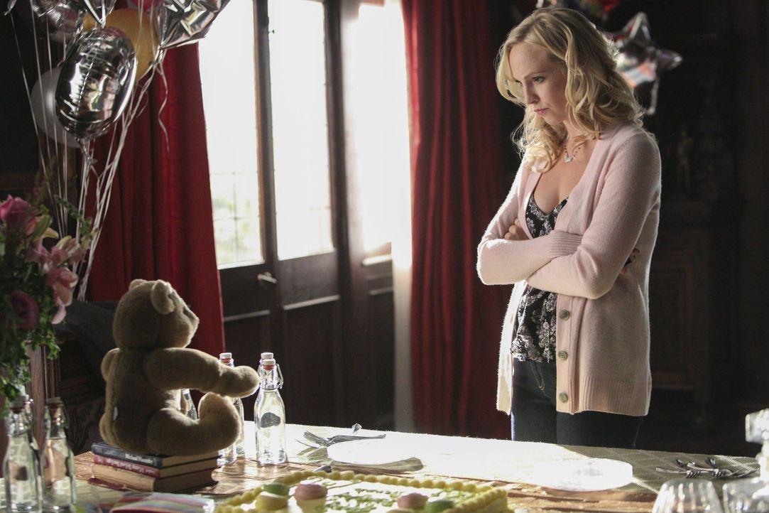 Caroline (Candice Accola) sucht nach einer Beschäftigung und findet sich schließlich mitten im Wald wieder ... - Bildquelle: Warner Bros. Entertainment, Inc