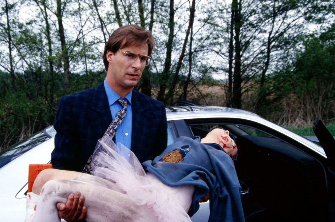 Nach einer Geburtstagsfeier fährt Dr. Gregor Lüders (Ralf Lindermann, l.) Schwester Ina nach Hause. Auf dem Weg werden sie Zeugen eines Unfalls. Gei... - Bildquelle: Daehn Sat.1