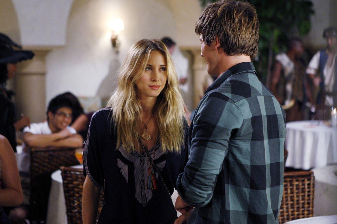 Was sich liebt, das neckt sich - gilt das auch für Ivy (Gillian Zinser, l.) und Liam (Matt Lanter, r.)? - Bildquelle: TM &   CBS Studios Inc. All Rights Reserved