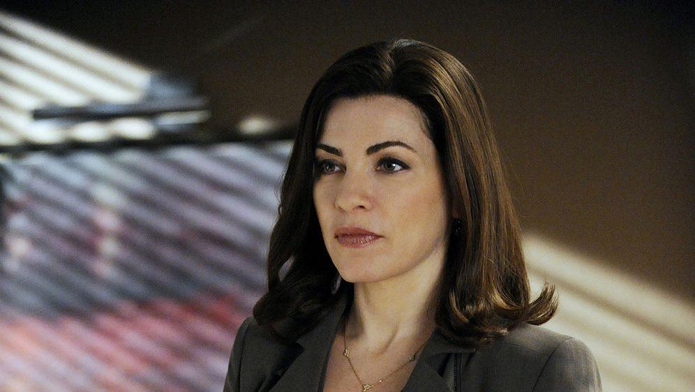 Während alle Peters gewonnene Wahl feiern, muss Alicia (Julianna Margulies) ... - Bildquelle: CBS   2011 CBS Broadcasting Inc. All Rights Reserved.