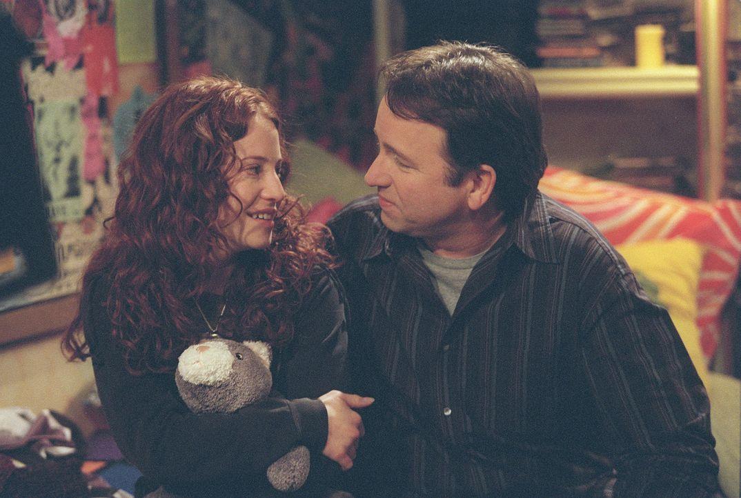 Die 15-jährige Kerry (Amy Davidson, l.) ist fest davon überzeugt, dass sie nicht hübsch ist. Da muss Papa Paul (John Ritter, r.) wohl einiges ric... - Bildquelle: ABC, Inc.