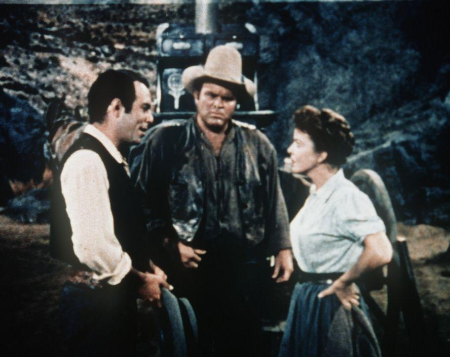 Adam Cartwright (Pernell Roberts, l.) will Annie (Ida Lupino, r.) überzeugen, auf ihrer Mine ein Gasthaus zu errichten. - Bildquelle: Paramount Pictures